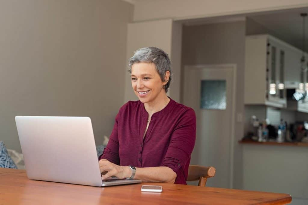 Mulher-comprando-oculos-online