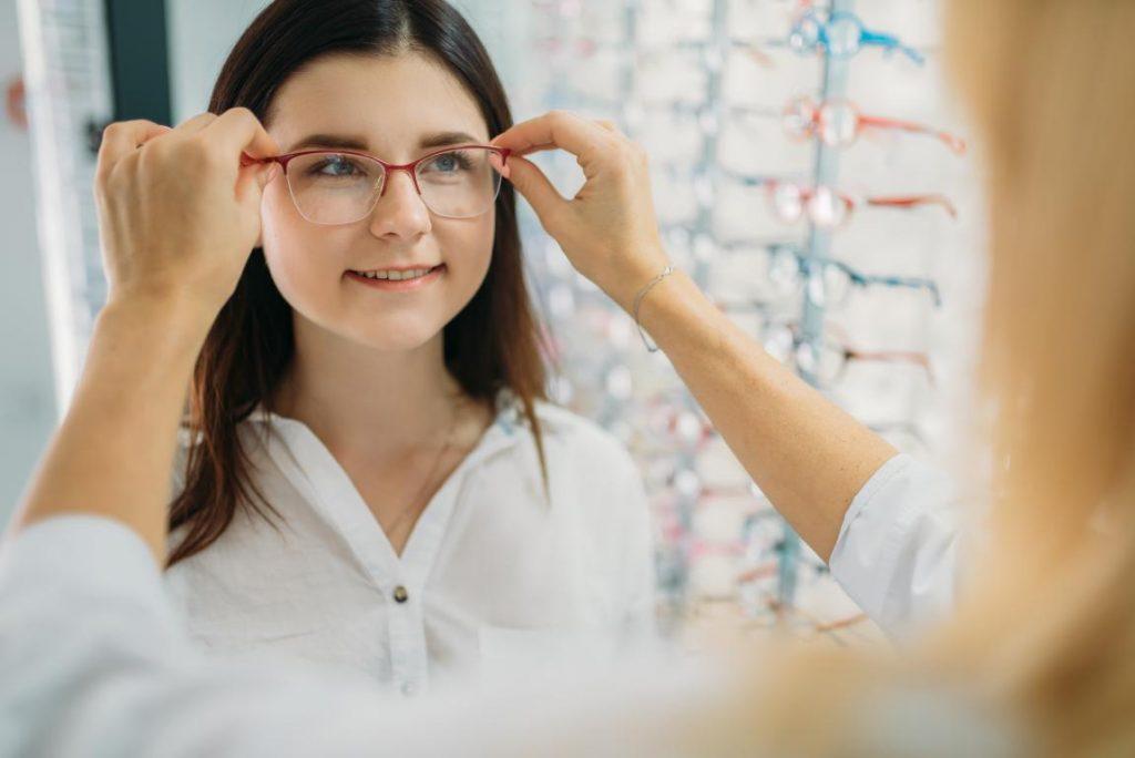 consultora-kohls-prova-óculos-cliente-óticas-kohls